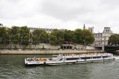 La navigazione di crociere del fiume di vista porta a viaggiatori i passeggeri giro ed esaminare la vecchia città di Parigi della Fotografia Stock