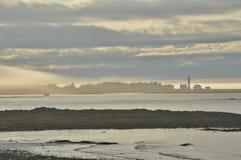 La nebbia ed i banchi di nuvole mescolano sopra il punto Metis del faro Fotografie Stock