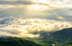 La nebbia ha coperto le montagne Immagini Stock
