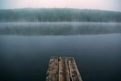 La nebbia mistica sul lago Fotografia Stock Libera da Diritti