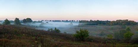 La nebbia sopra il fiume attraversa la valle fotografia stock