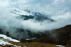 La nebbia spessa delle montagne nevose Immagine Stock Libera da Diritti