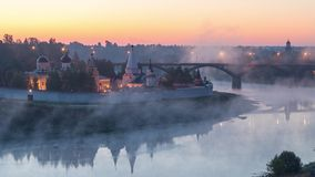 La nebbia turbina sopra il fiume Volga in Staritsa stock footage