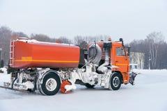la Neige-élimination de la machine dégage la route de la neige Photo stock