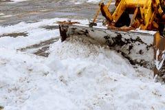 la Neige-élimination de la machine nettoie la rue du parc de ville de la neige dans les arbres couverts de neige de matin Photographie stock libre de droits