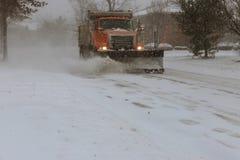 la Neige-élimination de la machine nettoie la rue de la ville de la neige dans les arbres couverts de neige de matin Photo stock