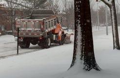 la Neige-élimination de la machine nettoie la rue de la ville de la neige dans les arbres couverts de neige de matin Images stock