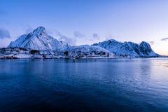 La neige épique a couvert des montagnes des îles de Lofoten Reine, Norvège photos stock