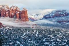 La neige accentue des couches de routes et de roche de Sedona de montagnes rouges photographie stock libre de droits