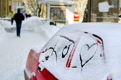 La neige blanche avec noient la forme de coeur coeur dessiné dans la neige en voiture sur une rue de ville fond pour le jour de v Images libres de droits