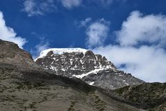 La neige a couvert la crête de montagne de l'Himalaya de Cloudscape image libre de droits