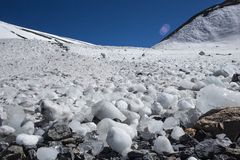 La neige a couvert de belles crêtes de montagne Photo libre de droits