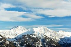La neige a couvert de belles crêtes de montagne alpestres Photos stock