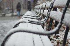 La neige a couvert des bancs Image stock