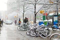 La neige a couvert des bicyclettes à New York Images stock