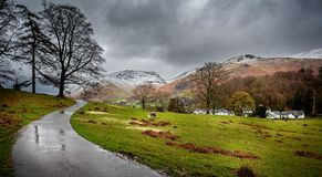 La neige a couvert des crêtes dans le secteur de lac, Cumbria, R-U images stock