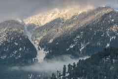 La neige a couvert des crêtes de montagne images stock