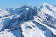 La neige a couvert des crêtes de montagne Alpes autrichiens Image stock