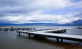 La neige a couvert des docks - le lac Tahoe Photographie stock