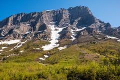 La neige a couvert des formations de roche photographie stock libre de droits