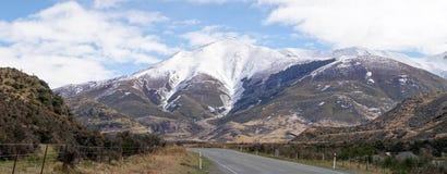 """La neige a couvert des montagnes à côté de la route en parc national de passage de ¢s de """"de ¬â de 'd'Arthurââ, Nouvelle-Zélande photo stock"""