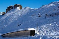 La neige a couvert des montagnes Photos stock