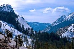 La neige a couvert des montagnes Photographie stock libre de droits