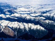 La neige a couvert des montagnes aux Alpes Photo stock