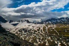 La neige a couvert des montagnes dans la gamme de montagne de Dyrfjoll Images libres de droits