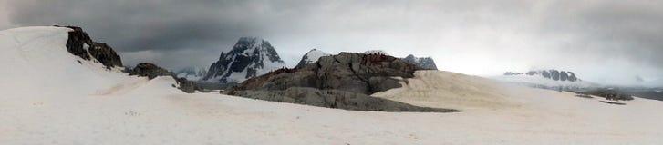 La neige a couvert des montagnes en Antarctique Photo stock
