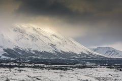 La neige a couvert des montagnes en parc national de Thingvellir, Islande Image libre de droits