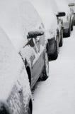 La neige a couvert des véhicules images libres de droits