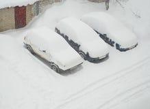 La neige a couvert des véhicules Photos stock
