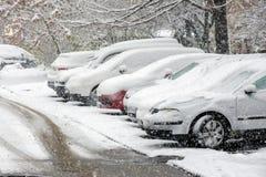 La neige a couvert des voitures sur le parking images stock