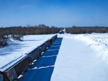 La neige a couvert fret de chemin de fer parking sur la voie latérale rurale un jour froid d'hiver images stock