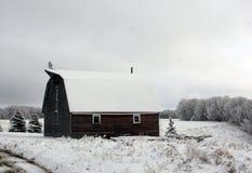 La neige a couvert la grange dans Manitoba rural photos stock