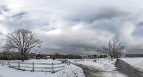 La neige a couvert l'écurie du Maryland en hiver images stock