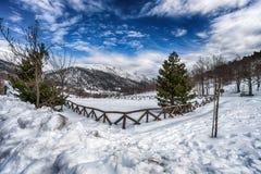 La neige a couvert l'allée de campagne Image libre de droits