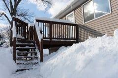 La neige a couvert l'arrière-cour Photos stock
