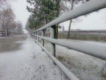 La neige a couvert la barrière rurale Photos stock