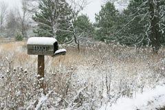 La neige a couvert la boîte aux lettres rurale Photographie stock