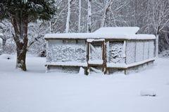 La neige a couvert la cage de poulet Photo libre de droits