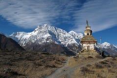 La neige a couvert la chaîne d'Annapurna et le stupa, Népal Photo libre de droits