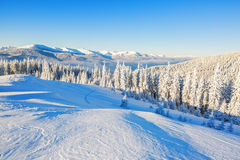 La neige a couvert la colline et la crête Photo stock