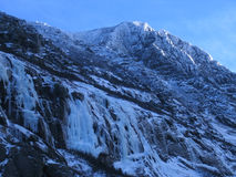 La neige a couvert la crête de montagne image libre de droits