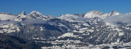 La neige a couvert la gamme de montagne dans Saanen Photographie stock libre de droits