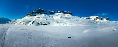 La neige a couvert la montagne Photographie stock libre de droits