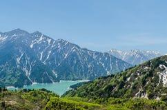 La neige a couvert la montagne dans l'itinéraire alpin de kurobe de tateyama d'alpes du Japon Photo stock