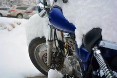 La neige a couvert la moto un jour froid d'hiver Image libre de droits