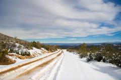 La neige a couvert la route   Photos stock